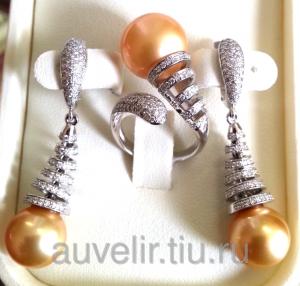 Серьги и кольцо с бриллиантами и натуральным жемчугом золотого цвета. Ручная работа.