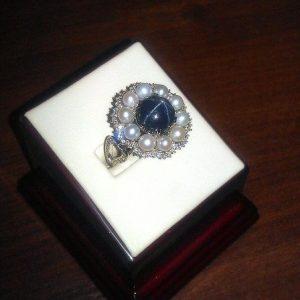 Кольцо из золота с бриллиантами, жемчугом и звездчатым сапфиром. Ручная работа.