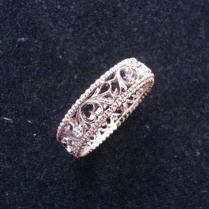 Кольцо обручальное резное из золота 585 пробы.