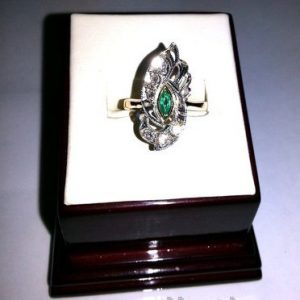 Кольцо из золота с бриллиантами и изумрудом.
